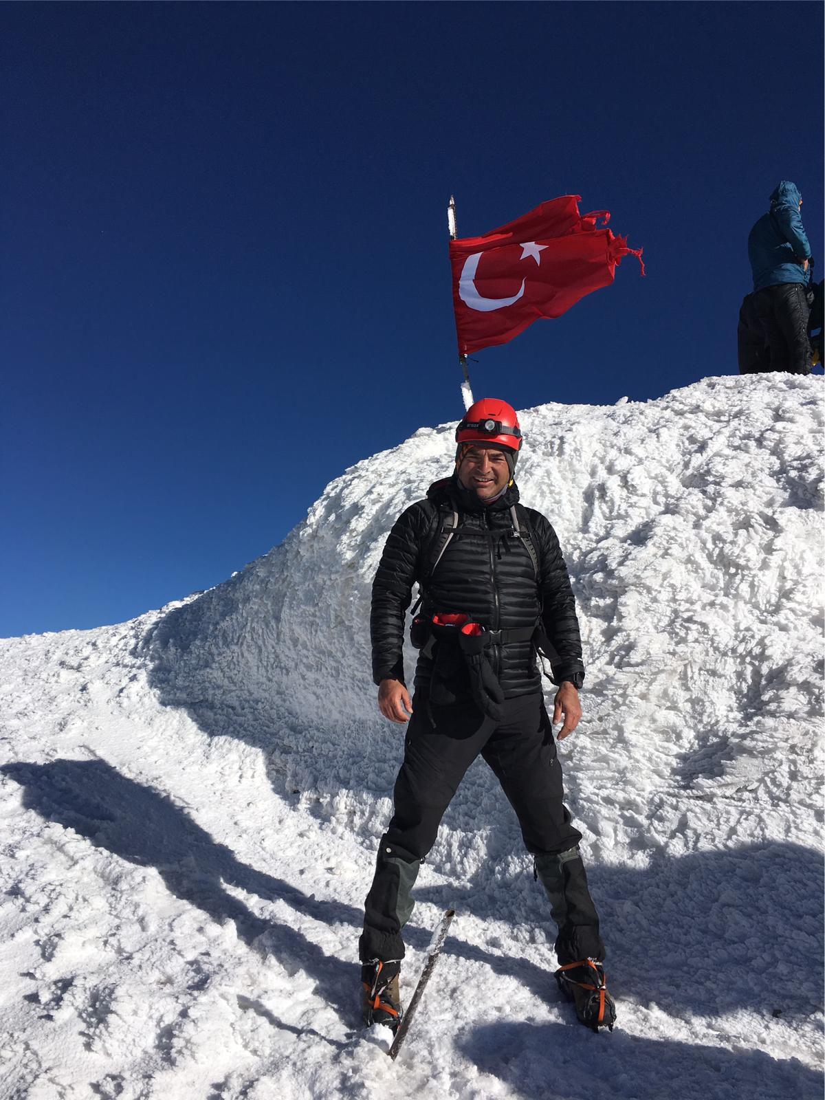 Türkiye'nin Zirvesinde İlim Yayma Vakfı Bayrağı Dalgalandırıldı. - Haberler - İlim Yayma Vakfı, İYV